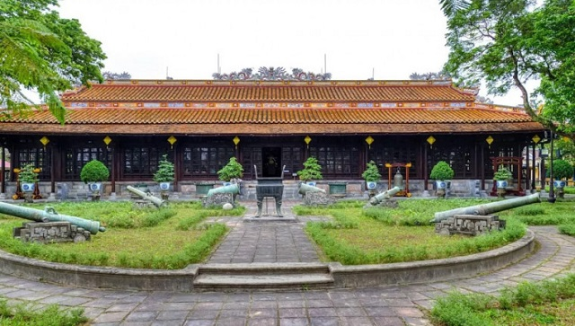 free-walking-tour-hue